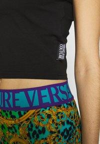 Versace Jeans Couture - LADY - T-shirt imprimé - black/gold - 5