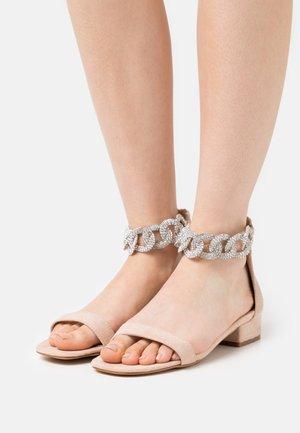 ZUMI - Sandaalit nilkkaremmillä - nude