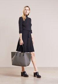 By Malene Birger - GRINOLAS - Shoppingväska - black/beige - 1