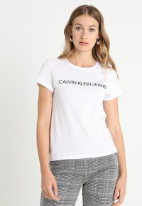 Calvin Klein Jeans - INSTITUTIONAL LOGO TEE - T-shirt z nadrukiem - bright white - 0