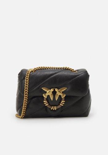 LOVE MINI PUFF MAXY QUILT - Across body bag - black