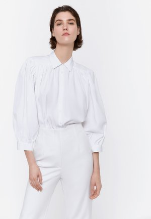 MIT SCHULTERPOLSTERN  - Button-down blouse - white