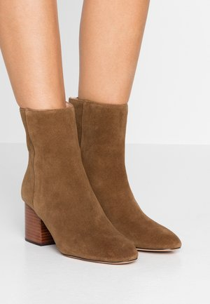 SADIE BOOT WITH STACK HEEL - Classic ankle boots - dark pecan