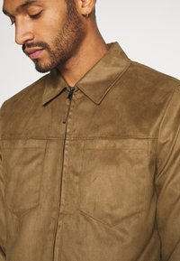 Topman - POCKET SUEDETTE - Giacca in similpelle - tan - 5