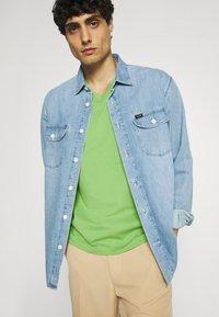 GANT - ORIGINAL SLIM V NECK - T-shirt - bas - foliage green - 3