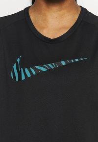 Nike Performance - ICON CLASH RUN  - T-shirt med print - black/silver - 5