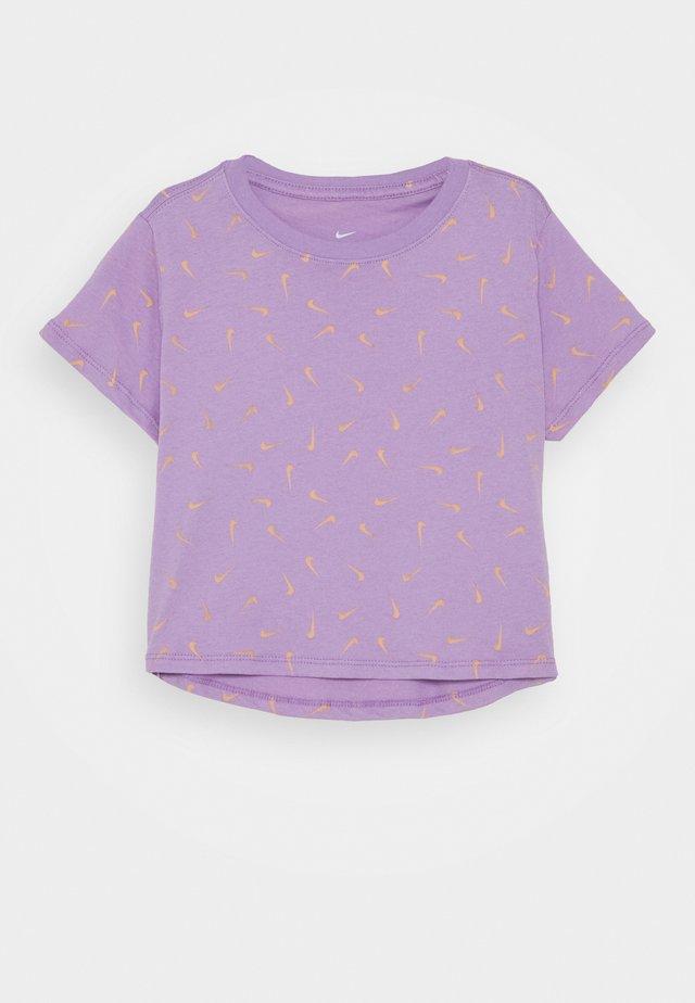 CROP SWOOSHFETTI - Camiseta estampada - violet star/orange chalk
