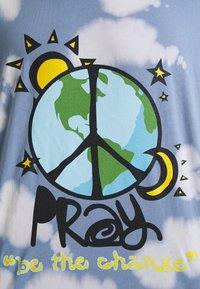 PRAY - WORLD PEACE UNISEX  - Triko spotiskem - blue/multi - 5