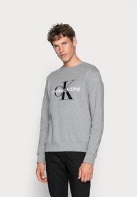 Calvin Klein Jeans - ICONIC MONOGRAM CREWNECK - Sweatshirt - mid heather grey - 0