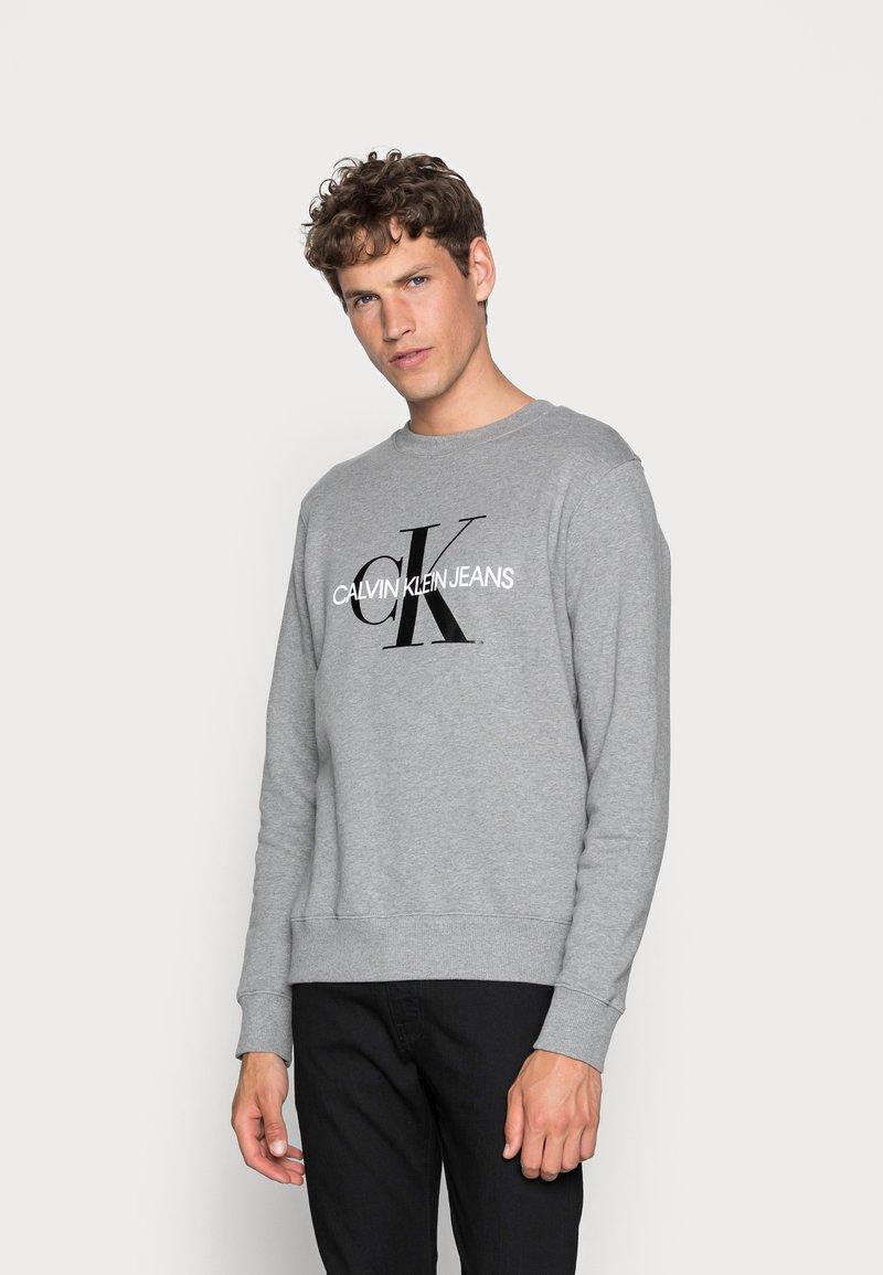 Calvin Klein Jeans - ICONIC MONOGRAM CREWNECK - Sweatshirt - mid heather grey