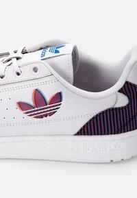 adidas Originals - NY 90 UNISEX - Joggesko - dash grey/solar red/white - 5