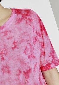 TOM TAILOR DENIM - T-SHIRT BATIK T-SHIRT - Print T-shirt - washed pink - 3