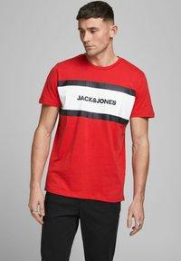 Jack & Jones - SHAKE TEE CREW NECK - Print T-shirt - true red - 0