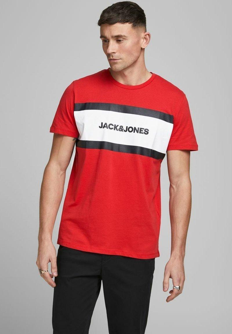 Jack & Jones - SHAKE TEE CREW NECK - Print T-shirt - true red