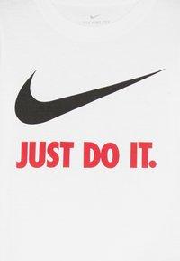 Nike Sportswear - TEE - T-shirt imprimé - white/red - 3