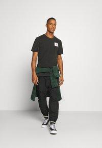 Jordan - FLIGHT ESSENTIALS CREW - Print T-shirt - black - 1