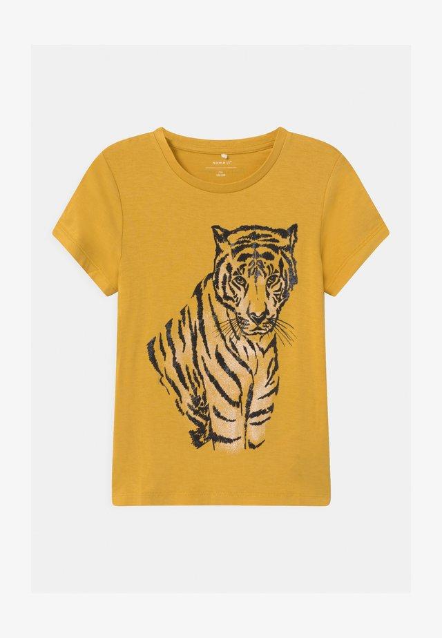 NKFLTIGERLI - T-shirt med print - spicy mustard