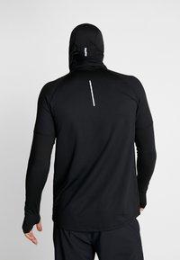 Nike Performance - RUN THERMA SPHERE HOOD - Beanie - black/silver - 3