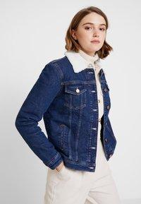 Tommy Jeans - REGULAR SHERPA JACKE - Kurtka jeansowa - mid blue - 0