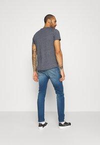 Tommy Jeans - AUSTIN SLIM - Slim fit -farkut - wilson mid blue - 2