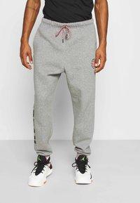 Jordan - MOUNTAINSIDE PANT - Pantalones deportivos - carbon heather - 0
