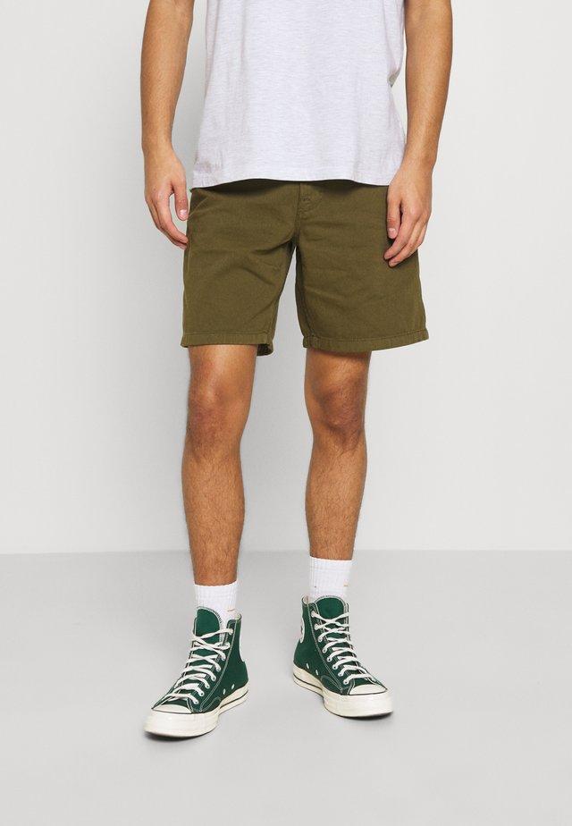 LUKE WORKER - Shorts - army