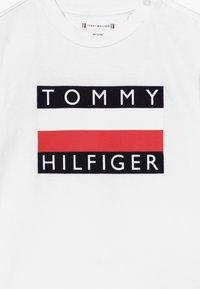 Tommy Hilfiger - BABY FLAG  - Triko spotiskem - white - 3
