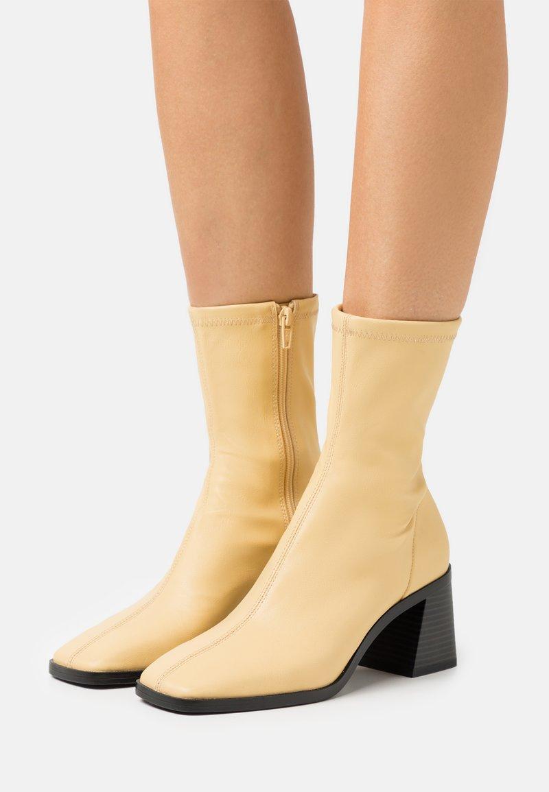 Monki - VEGAN ROONEY BOOT - Korte laarzen - yellow dusty light