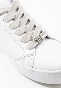 Tommy Hilfiger - CASUAL  - Tenisky - white/silver - 2