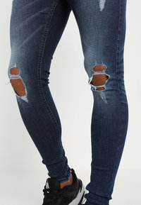 Golden Equation - FADED DISTRESSED MID-RISE - Jeans Skinny Fit - mid blue - 4