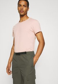 Minimum - KROGHOLM - Cargo trousers - rosin - 3