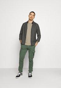 Calvin Klein Jeans - BADGE TURN UP SLEEVE - Basic T-shirt - elephant skin - 1