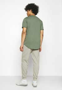 Calvin Klein Jeans - LOGO PANT - Verryttelyhousut - elephant skin - 2