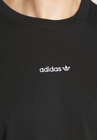 adidas Originals - LINEAR REPEAT UNISEX - Print T-shirt - black - 5