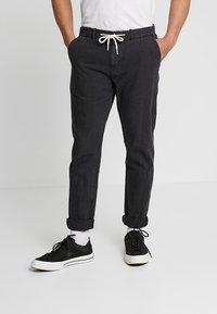 Scotch & Soda - WARREN GARMENT DYED BEACH  - Trousers - black - 0