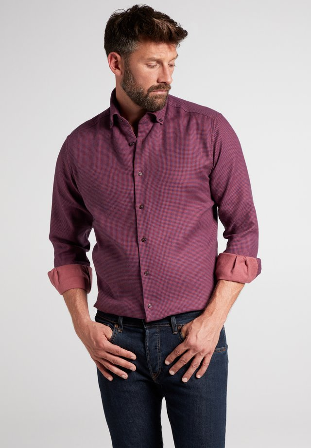 MODERN FIT - Shirt - rot/blau