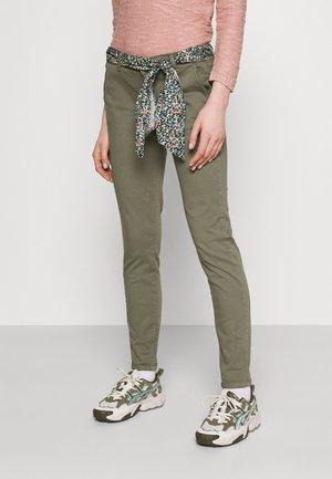 LIDY - Chino kalhoty - lizard