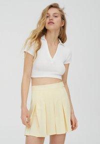 PULL&BEAR - MIT KELLERFALTEN UND SCHNALLE - Spódnica plisowana - beige - 3