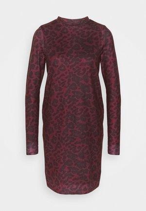 VMHOWL O NECK  DRESS - Denní šaty - winetasting/black