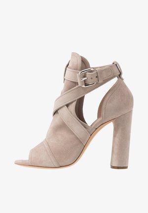Sandaler med høye hæler - chic