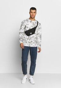 FAKTOR - GLOBE TEE - Maglietta a manica lunga - white - 1