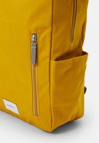 Sandqvist - KNUT UNISEX - Reppu - yellow/grey - 3