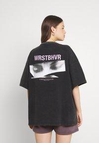 WRSTBHVR - WIDE SHUT WOMEN - T-shirt imprimé - vintage black - 2