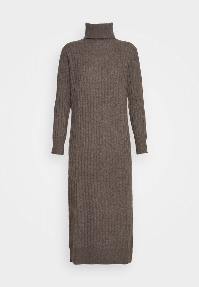 TURTLENECK DRESS - Stickad klänning - heathered brown