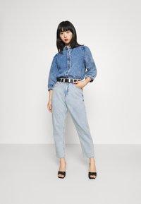 GAP Petite - MOM JEAN CASPIAN - Relaxed fit jeans - light indigo - 1