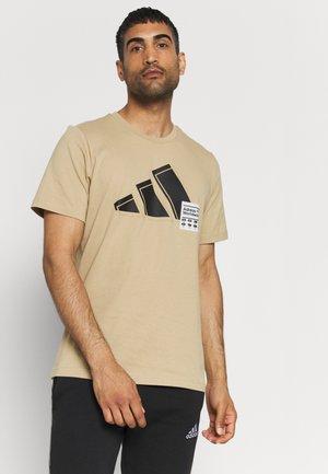 3 BAR LOGO TEE - T-shirt med print - beige