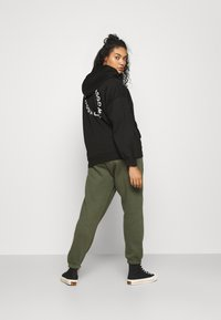 Missguided Plus - GRAPHIC ZIP THRU HOODIE - Zip-up sweatshirt - black - 0