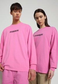 Napapijri - S-BOX LS - Long sleeved top - pink super - 0