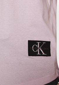 Calvin Klein Jeans - BADGE TURN UP SLEEVE - Print T-shirt - orchid hush - 5