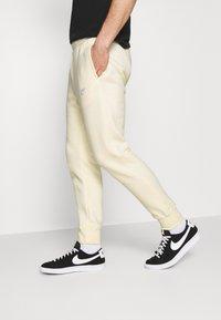 Nike Sportswear - CLUB - Pantaloni sportivi - coconut milk/white - 3